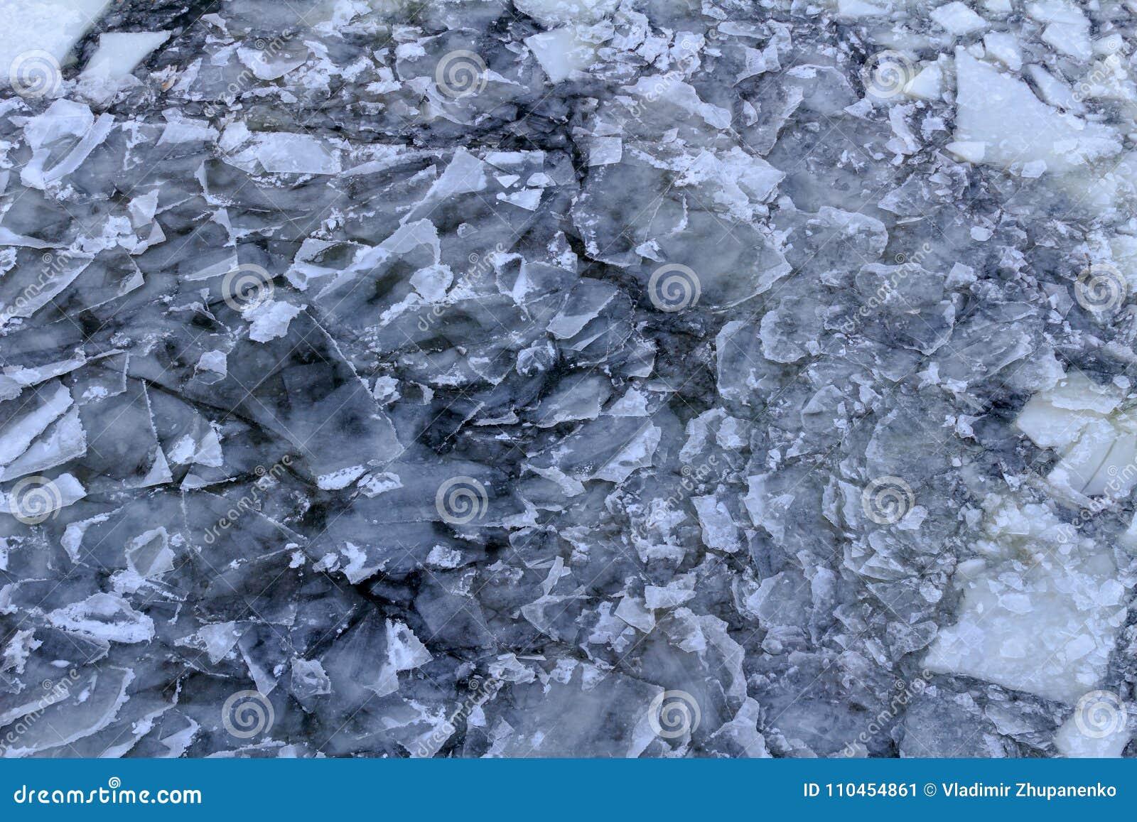 Bruten is på yttersidan av floden i vinter Textur för isisflak