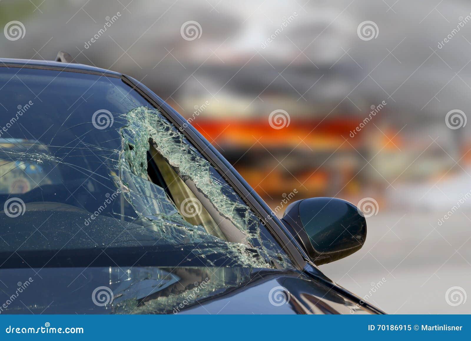 Bruten vindruta på den svarta bilen i trafikolycka