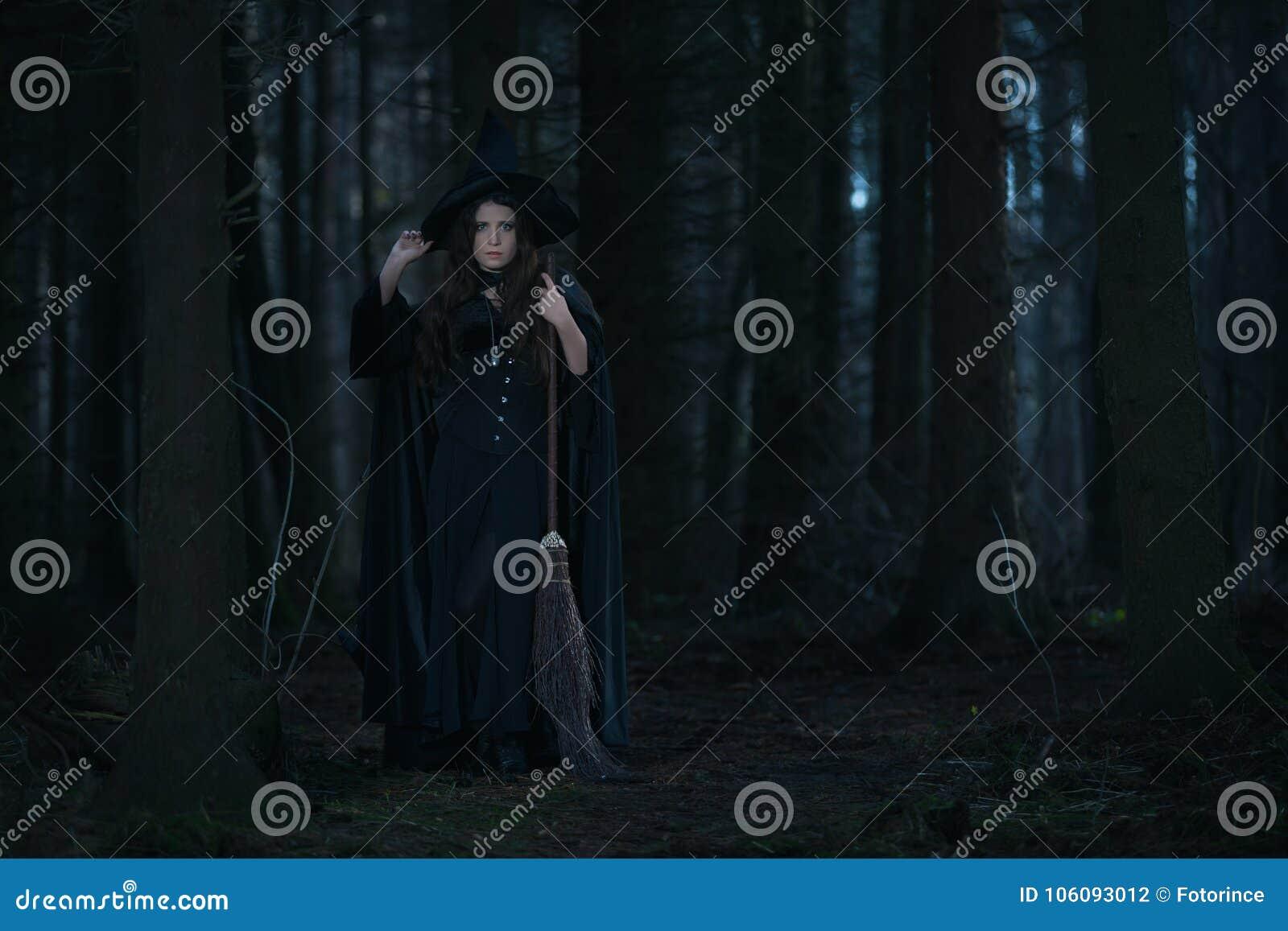Bruxa com uma vassoura