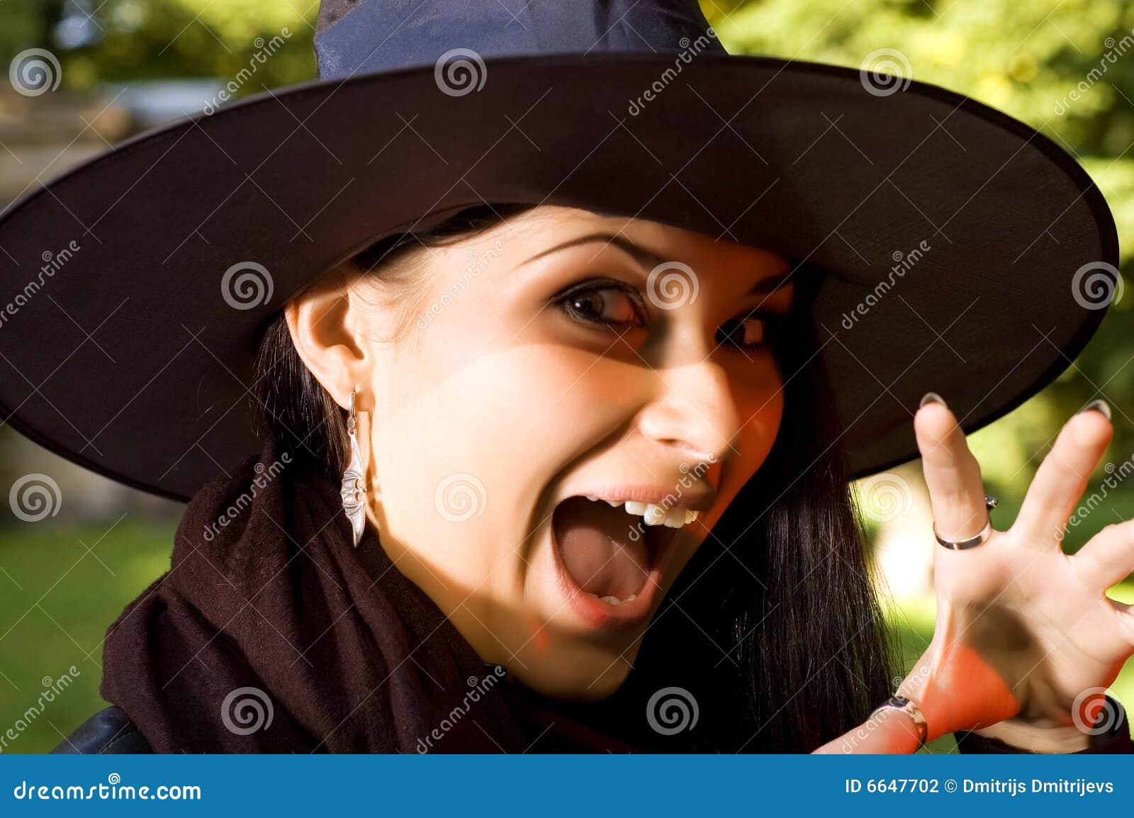 Bruxa gritando no chapéu