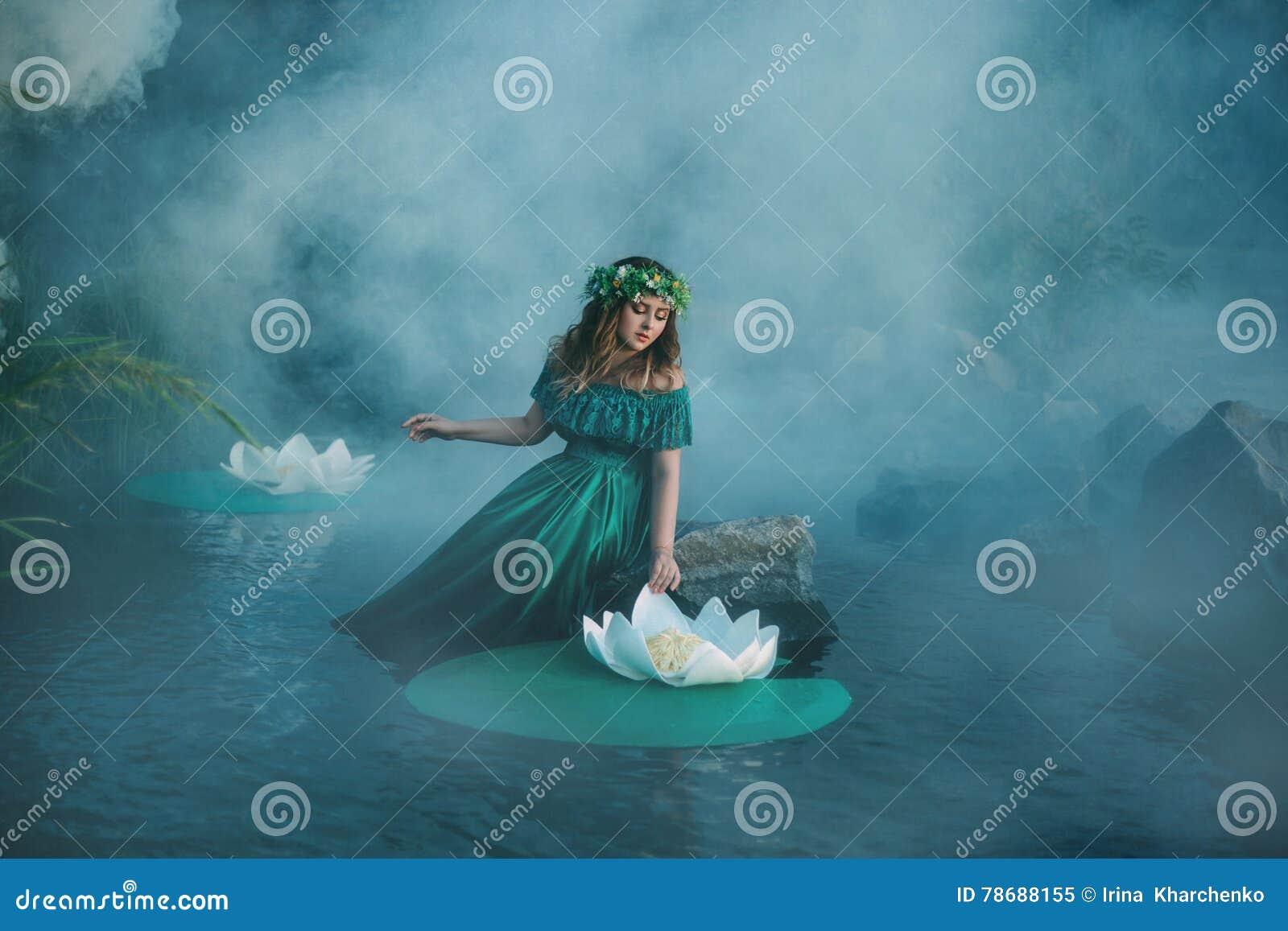A Bruxa Molda Um Período Na água Na Névoa Imagem de Stock   Imagem ...