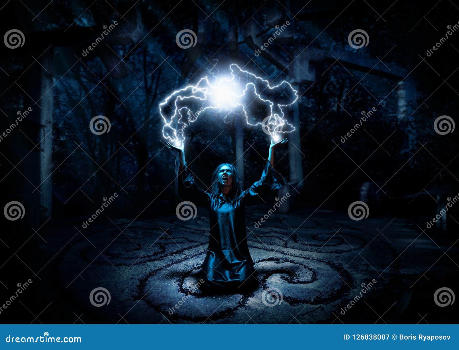 Bruxa na floresta da noite