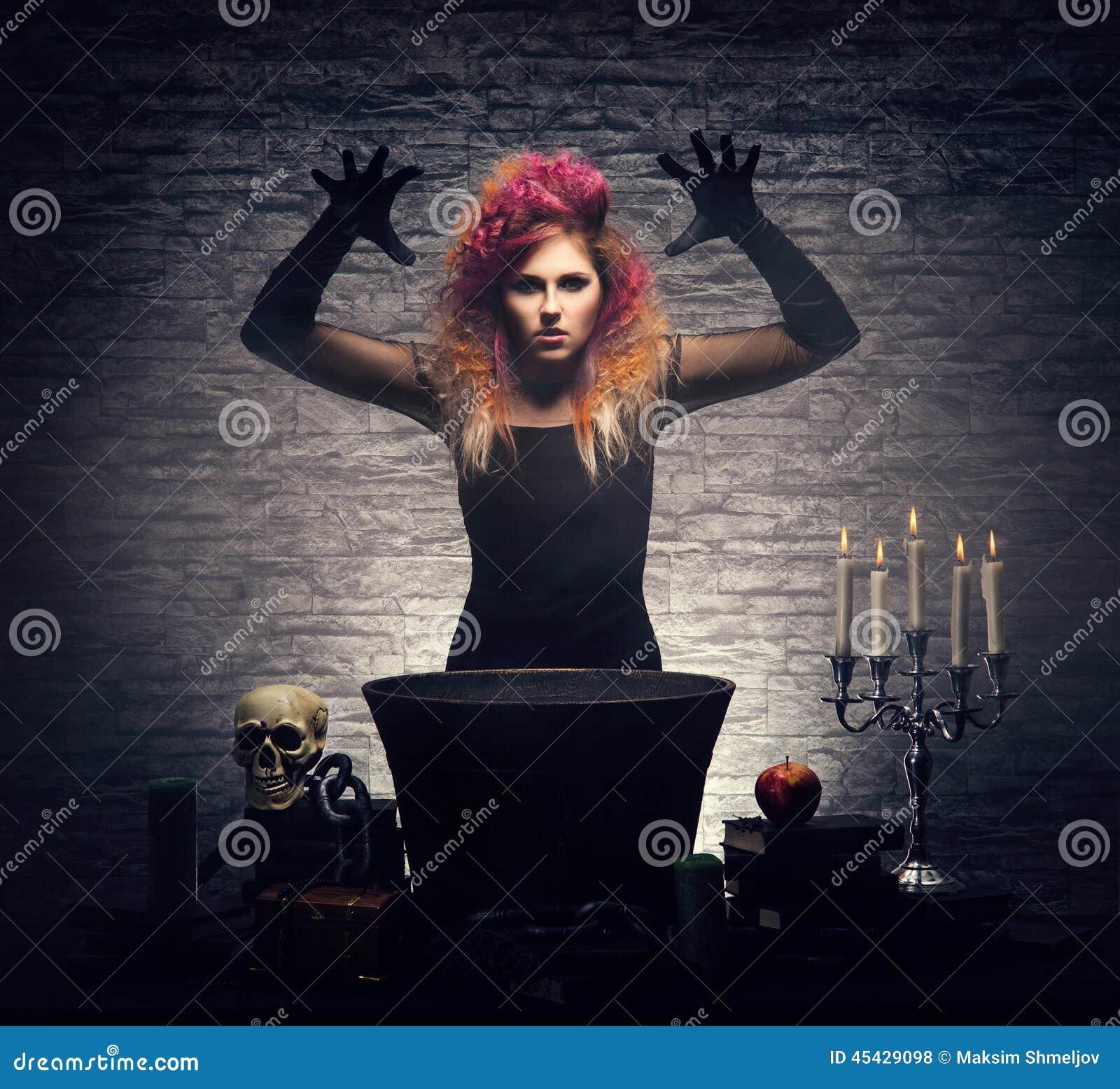 Bruxa nova que faz a feitiçaria em um Dungeon de Hallowen