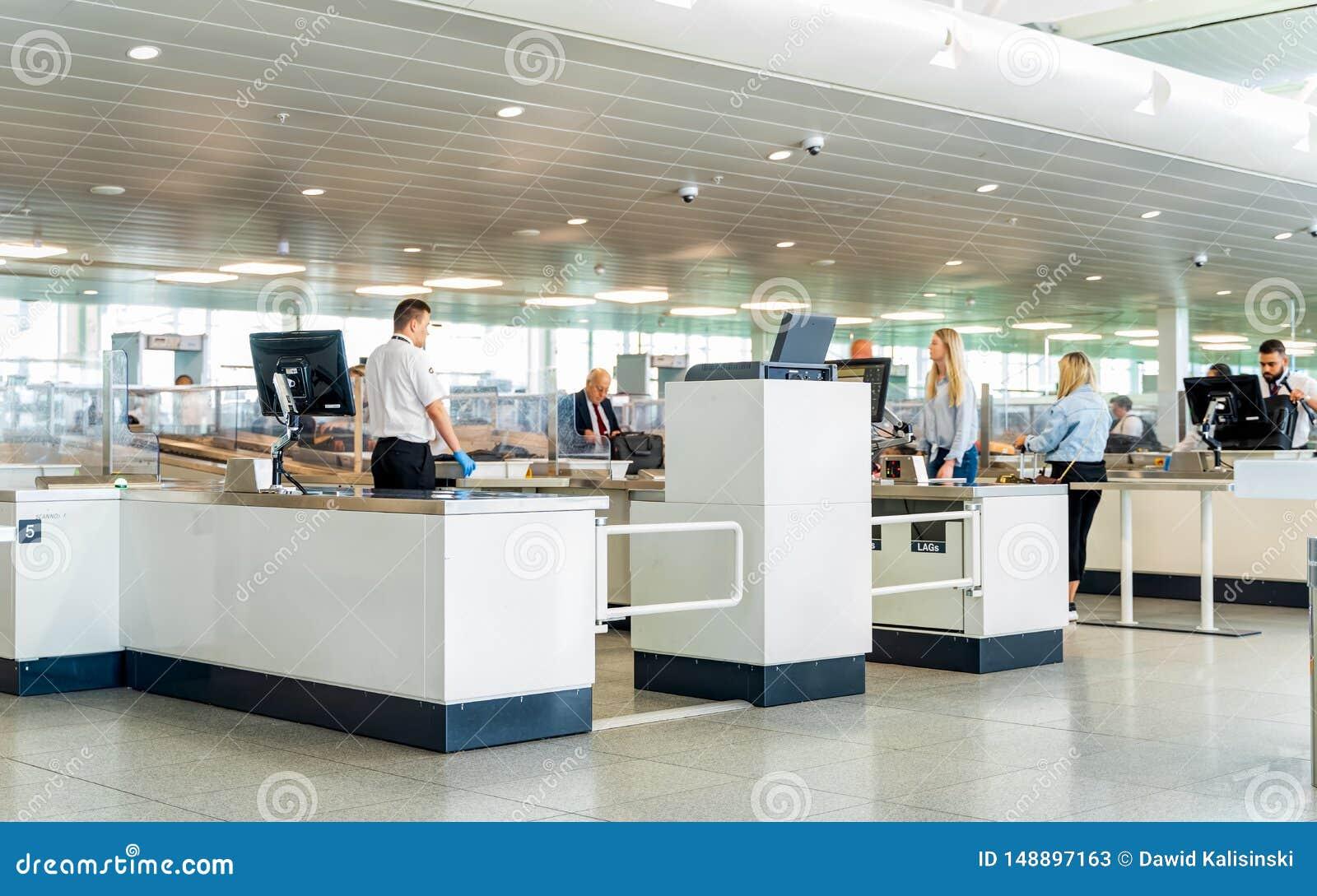 Bruxelas, B?lgica, em maio de 2019 aeroporto de Bruxelas, bagagem de m?o e varredura e inspe??o dos passageiros