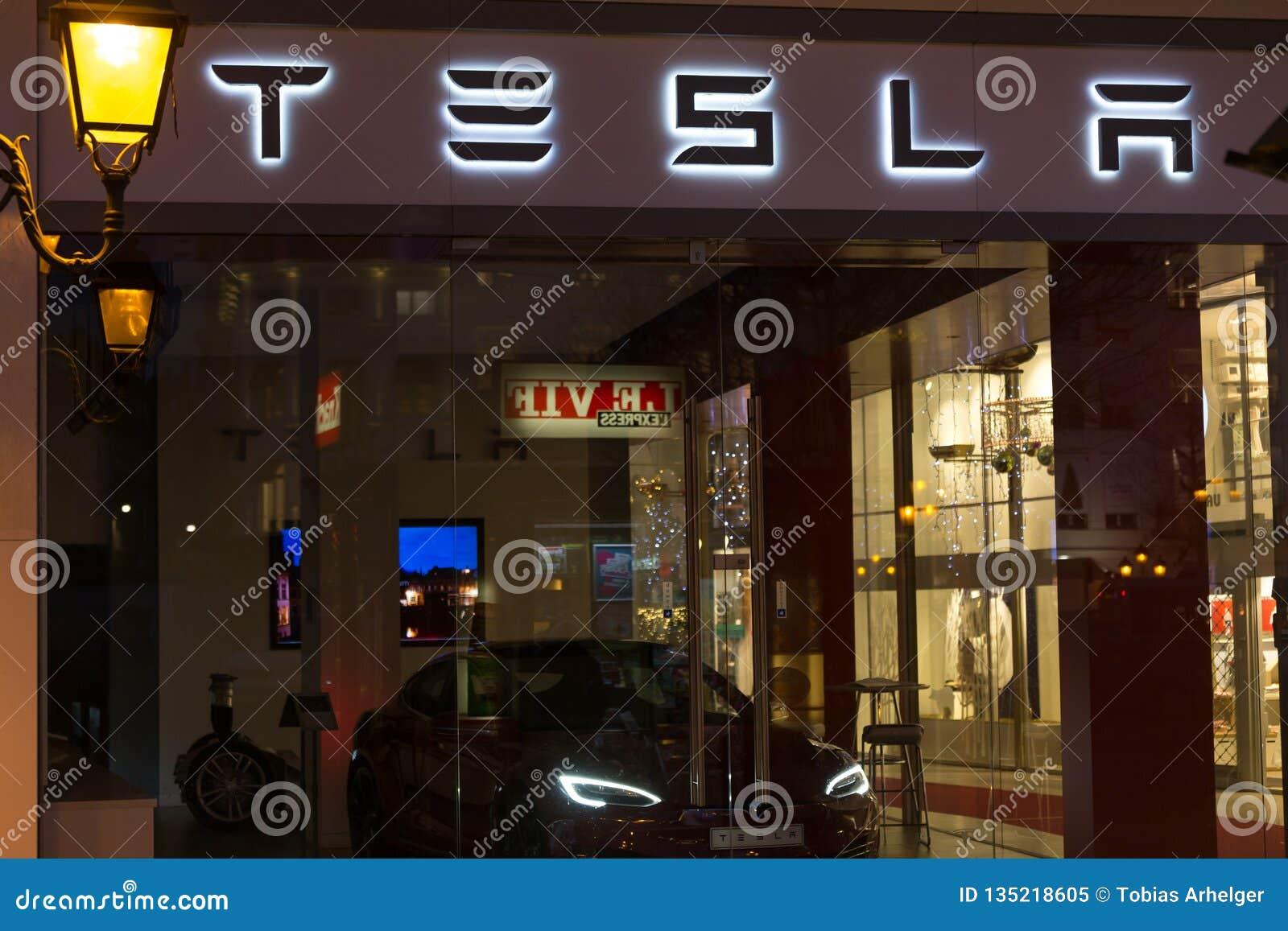 Bruxelas, Bruxelas/Bélgica - 13 12 18: a loja do tesla assina dentro Bruxelas Bélgica