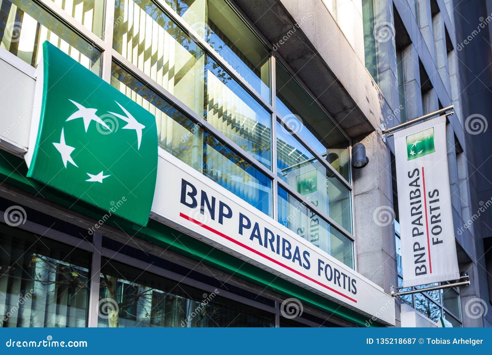 Bruxelles, Bruxelles/Belgio - 12 12 18: i fortis di BNP Paribas contano firmano dentro Bruxelles Belgio