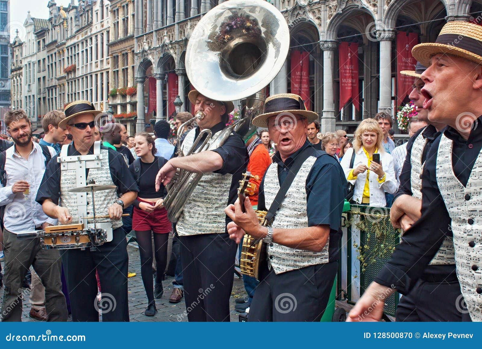 BRUXELLES, BELGIQUE - 7 SEPTEMBRE 2014 : Représentation musicale sur la place grande au centre de Bruxelles
