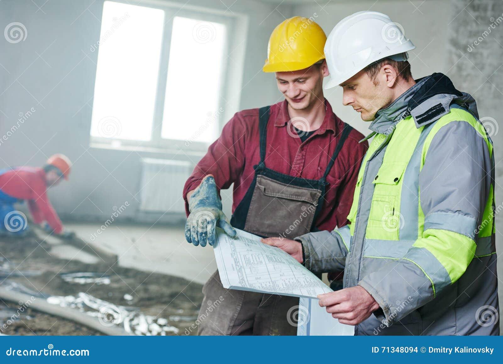 Brygadiera pracownik budowlany z projektem w salowym mieszkaniu i budowniczy