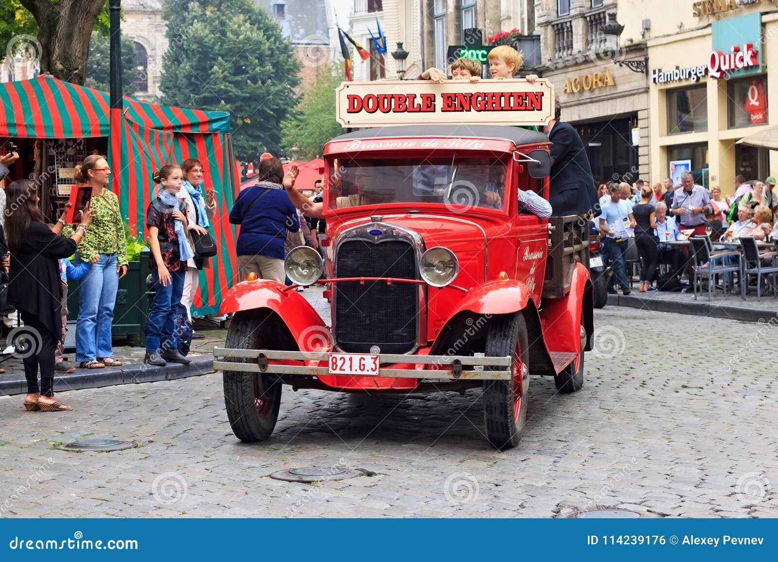 BRYSSEL BELGIEN - SEPTEMBER 06, 2014: Presentation av det dubbla Enghien bryggeriet med den retro Ford bilen