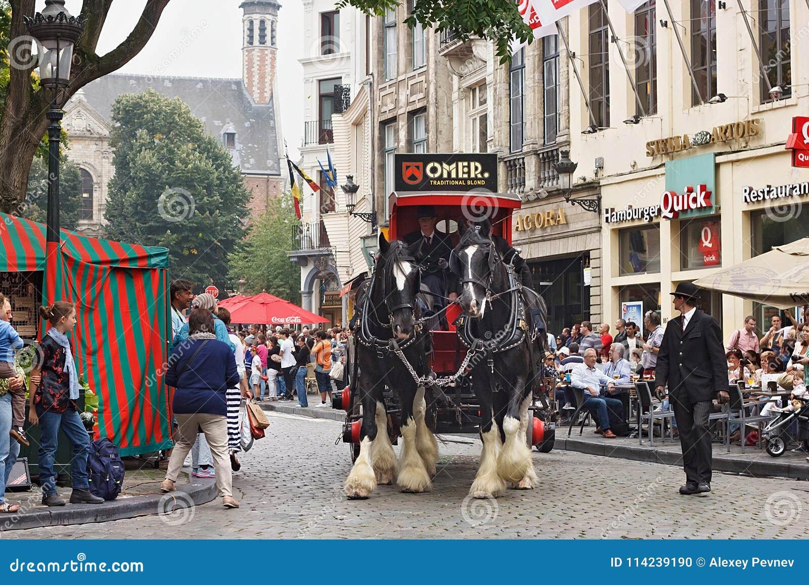 BRYSSEL BELGIEN - SEPTEMBER 06, 2014: Presentation av det Omer märket med hästvagnen