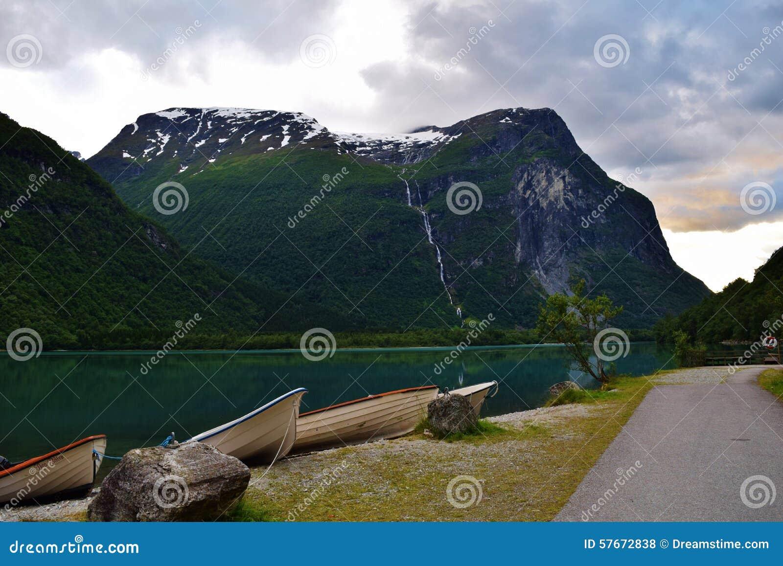 Brzeg jeziora z łodziami