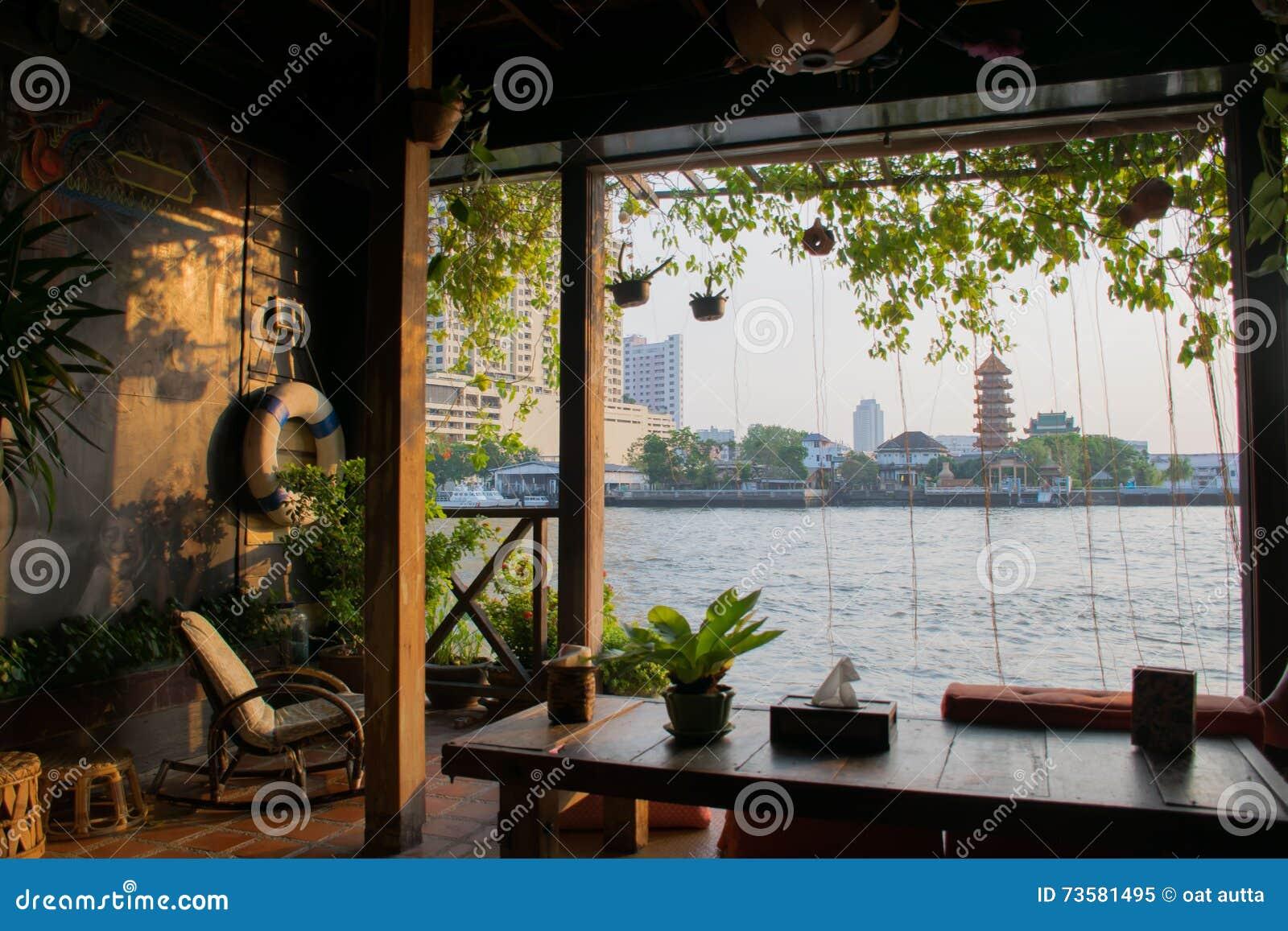 Brzeg rzeki Stwarza ognisko domowe, Nadrzeczny drewniany taras, domu pobyt, Bangkok Tajlandia tło