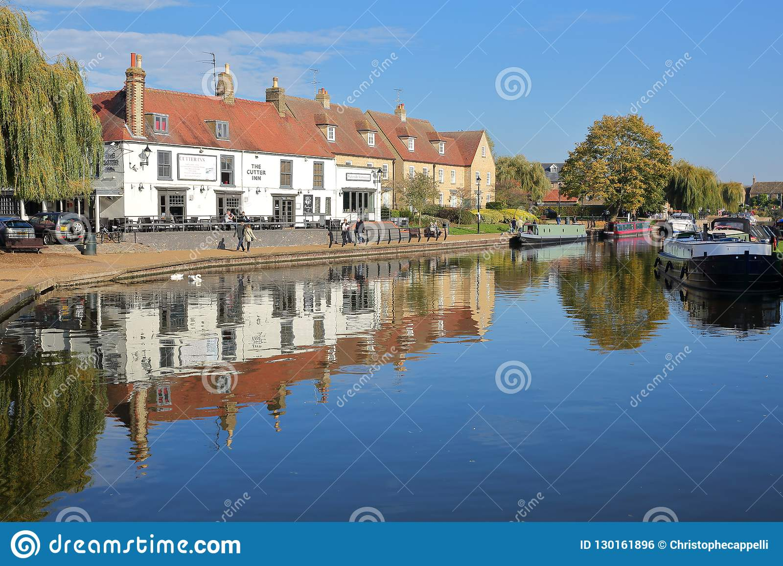 Brzeg rzeki w jesieni z cumować barkami na Wielkiej Ouse rzece tradycyjnych domach i