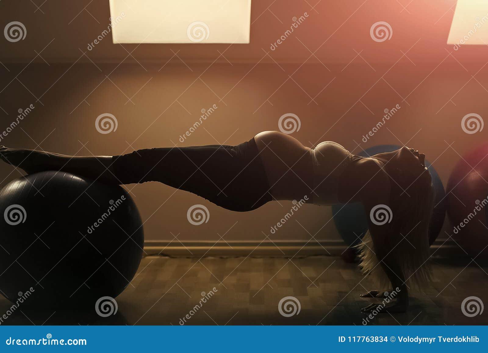 Brzemienność i plenność Macierzyństwo i macierzyński pojęcia kobieta w ciąży ćwiczy z dysponowaną piłką w gym