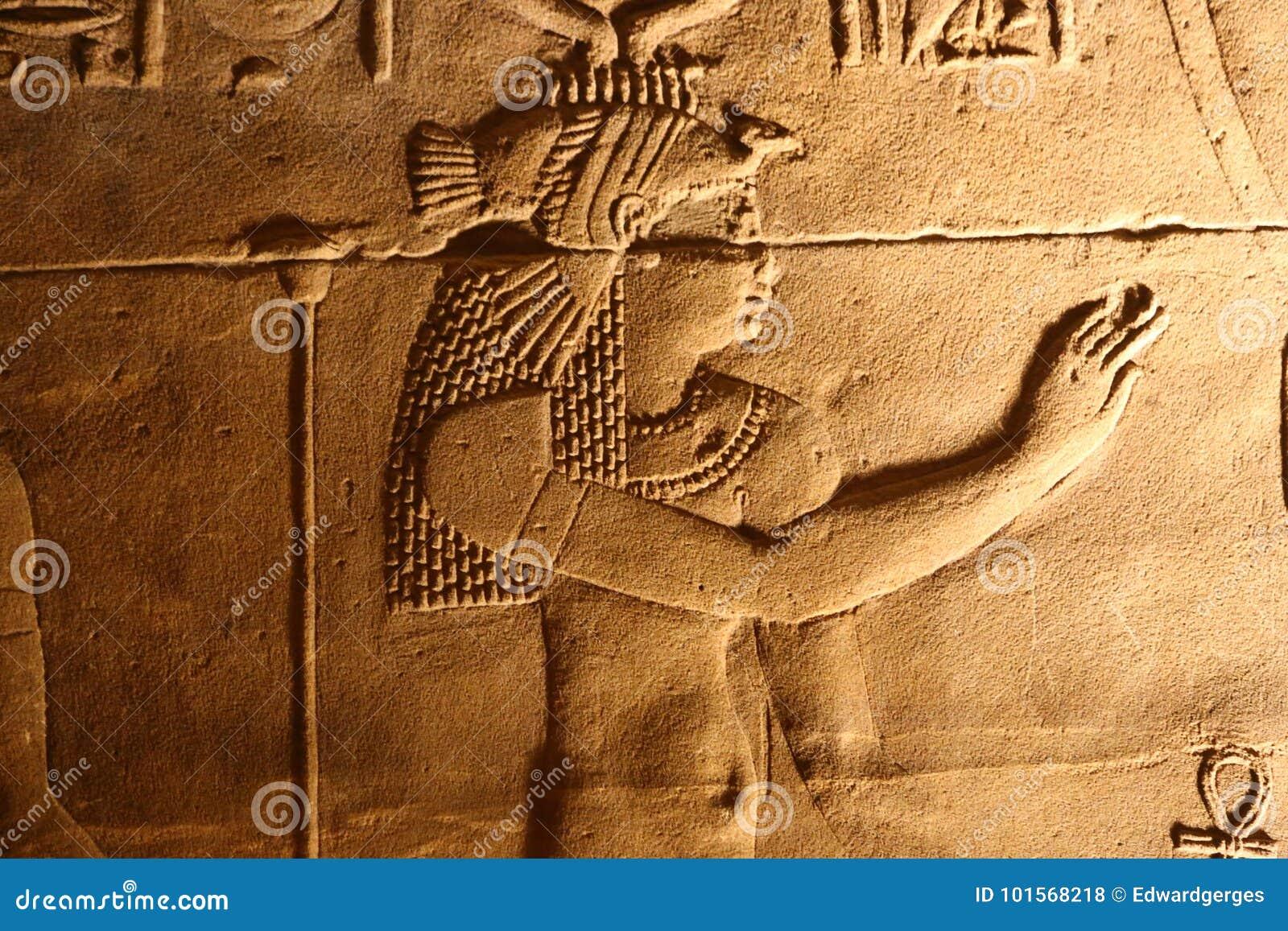 Brzmi i zaświeca z hieroglifami na świątyni Isis Philae, Egipt