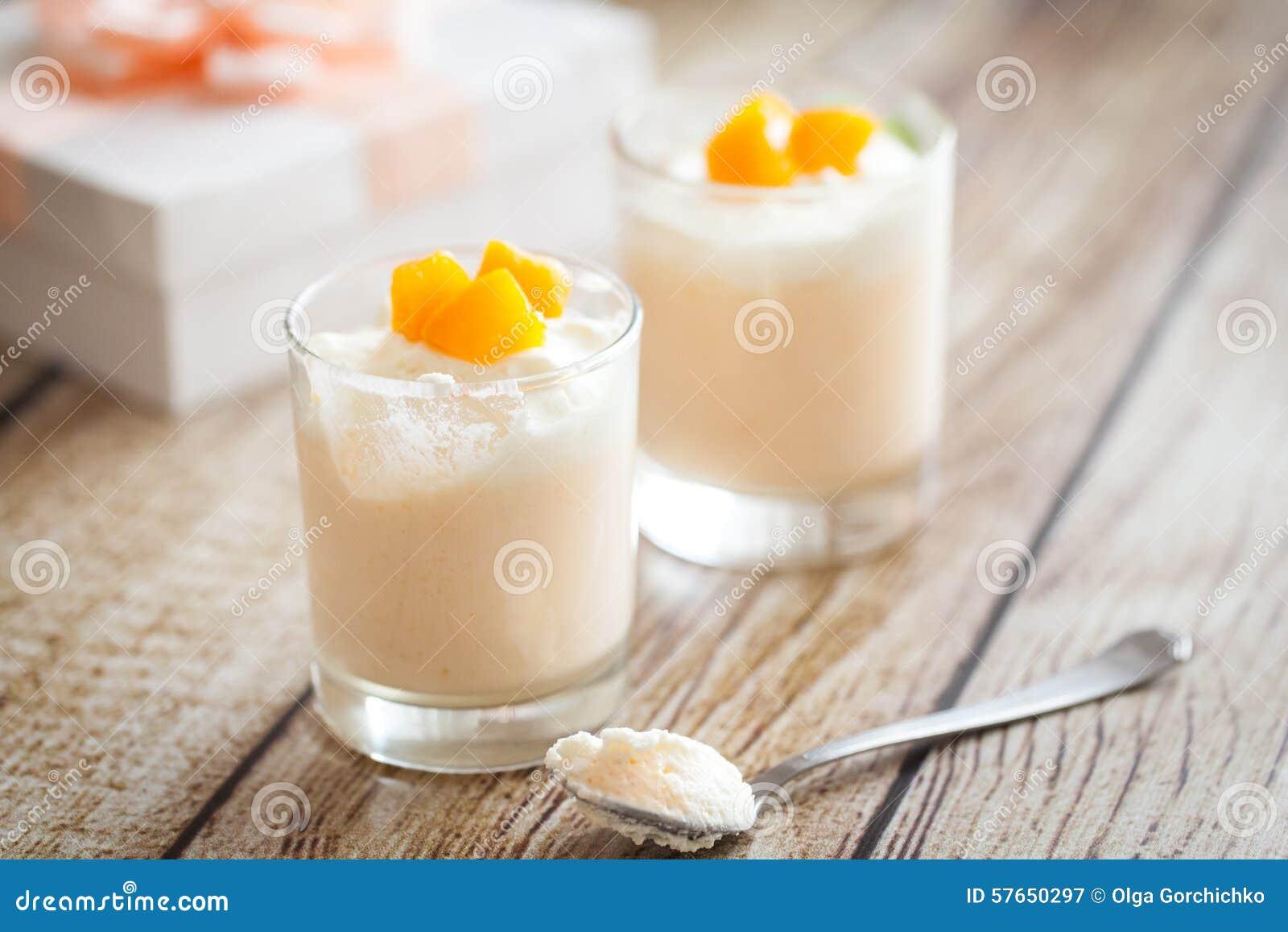 Brzoskwini mousse w szkłach