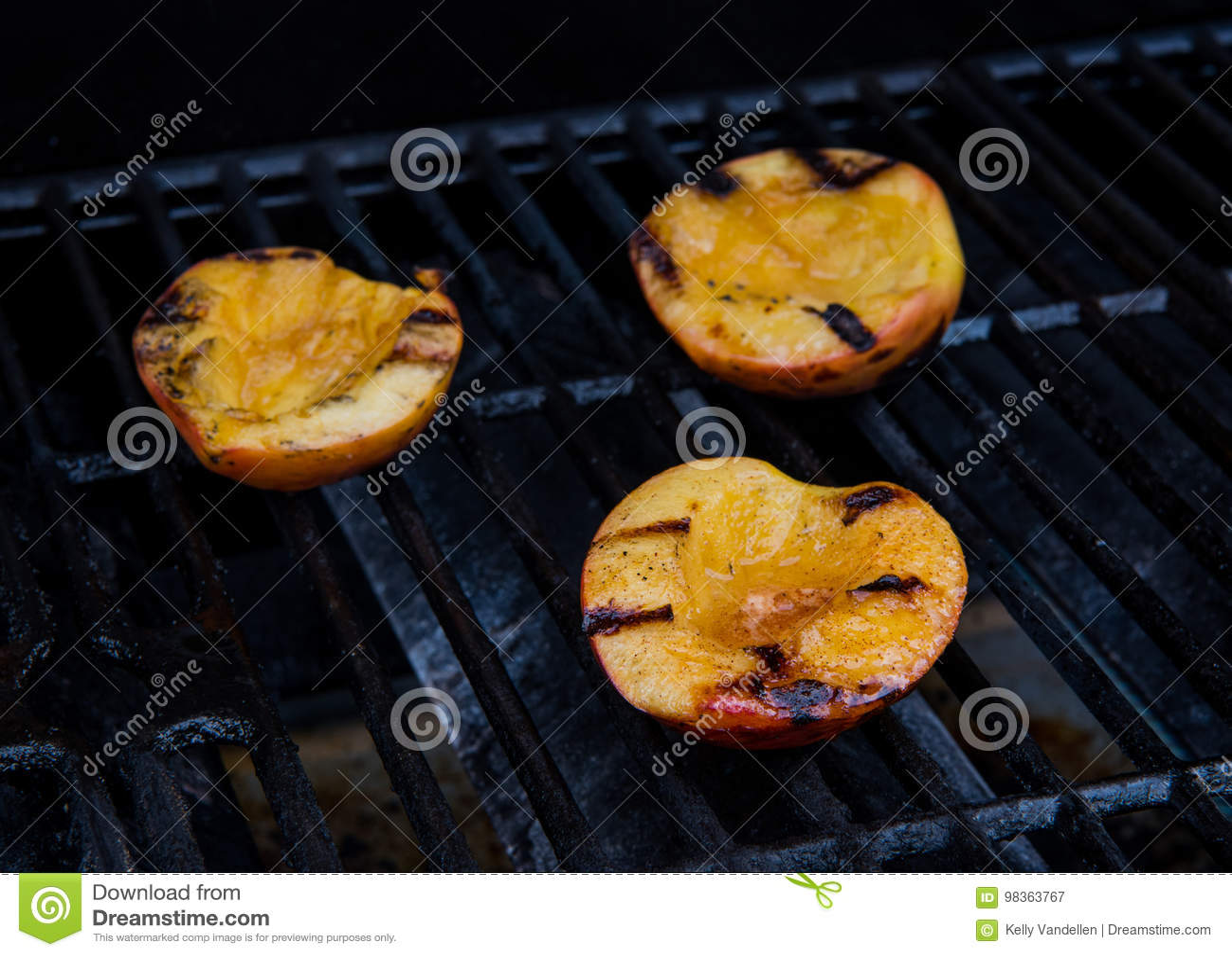 Brzoskwini połówki na grillu