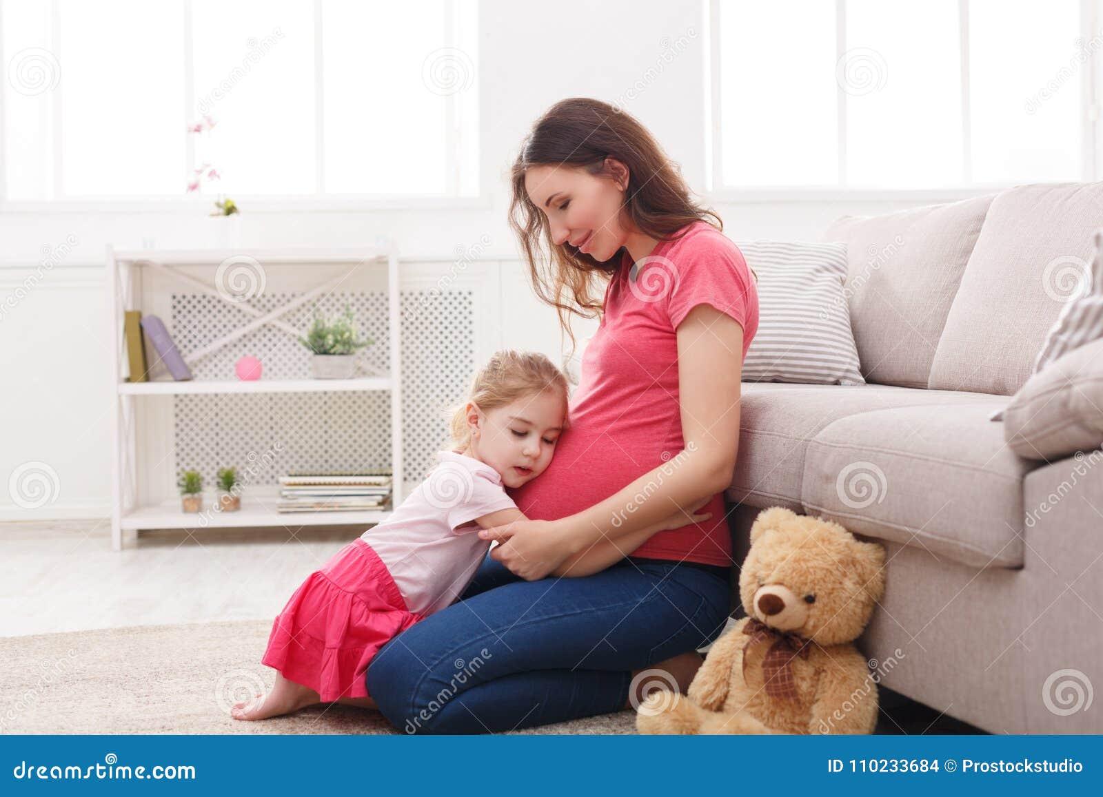 Brzuch dziewczyna jej przytulenia trochę matka ciężarna