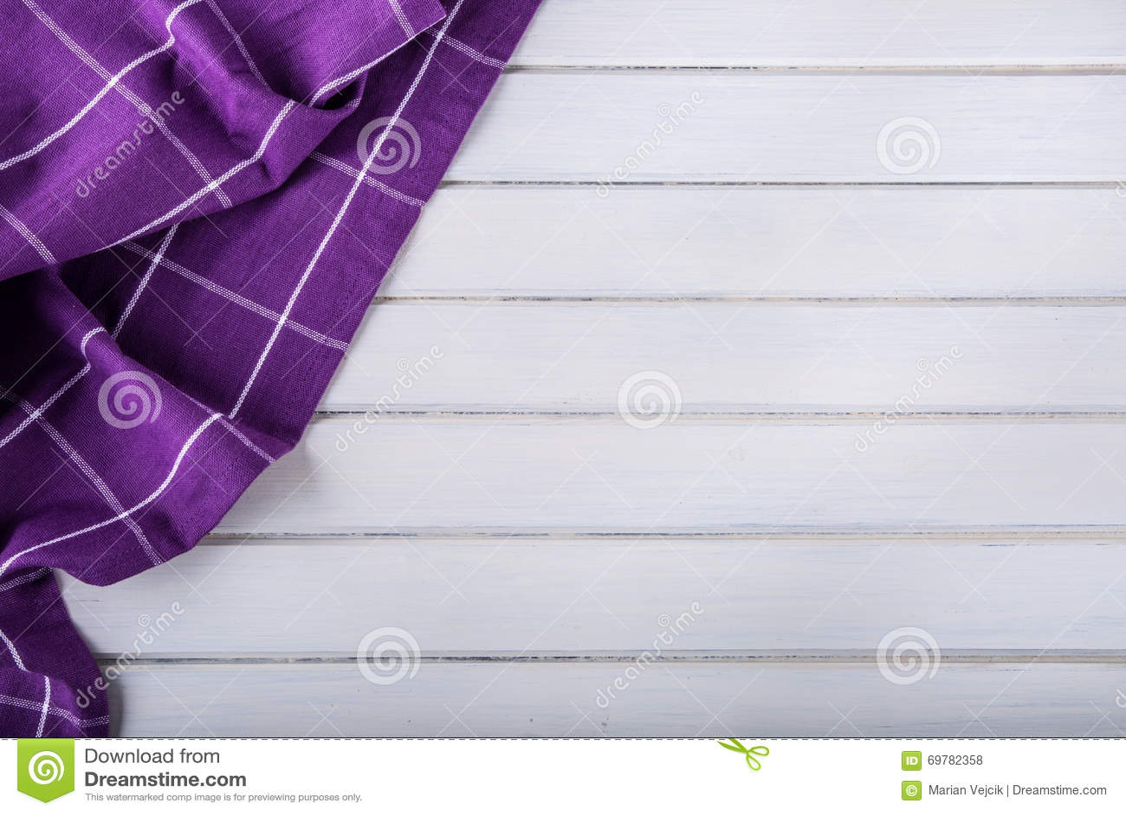 Bästa sikt av den purpurfärgade bordduken för rutigt kök på betong ...