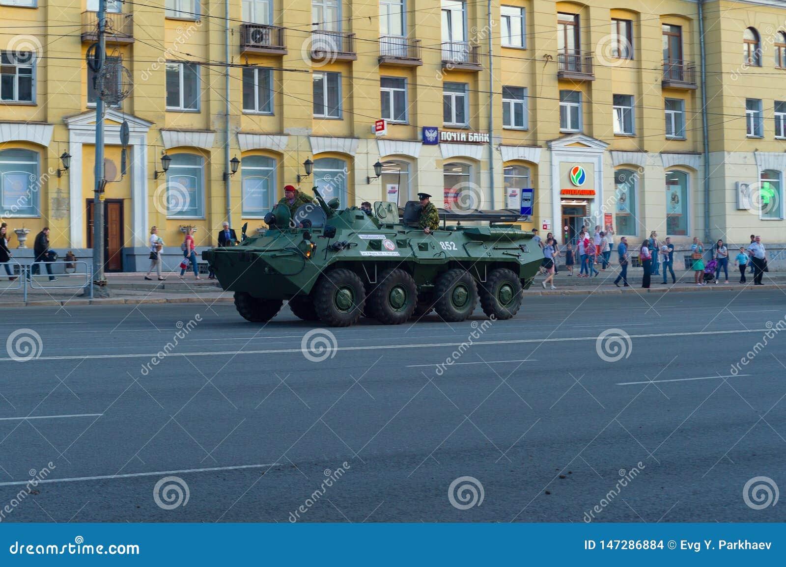 BTR-80 z spadochroniarzami przeciw tłu spacerować mieszkanów