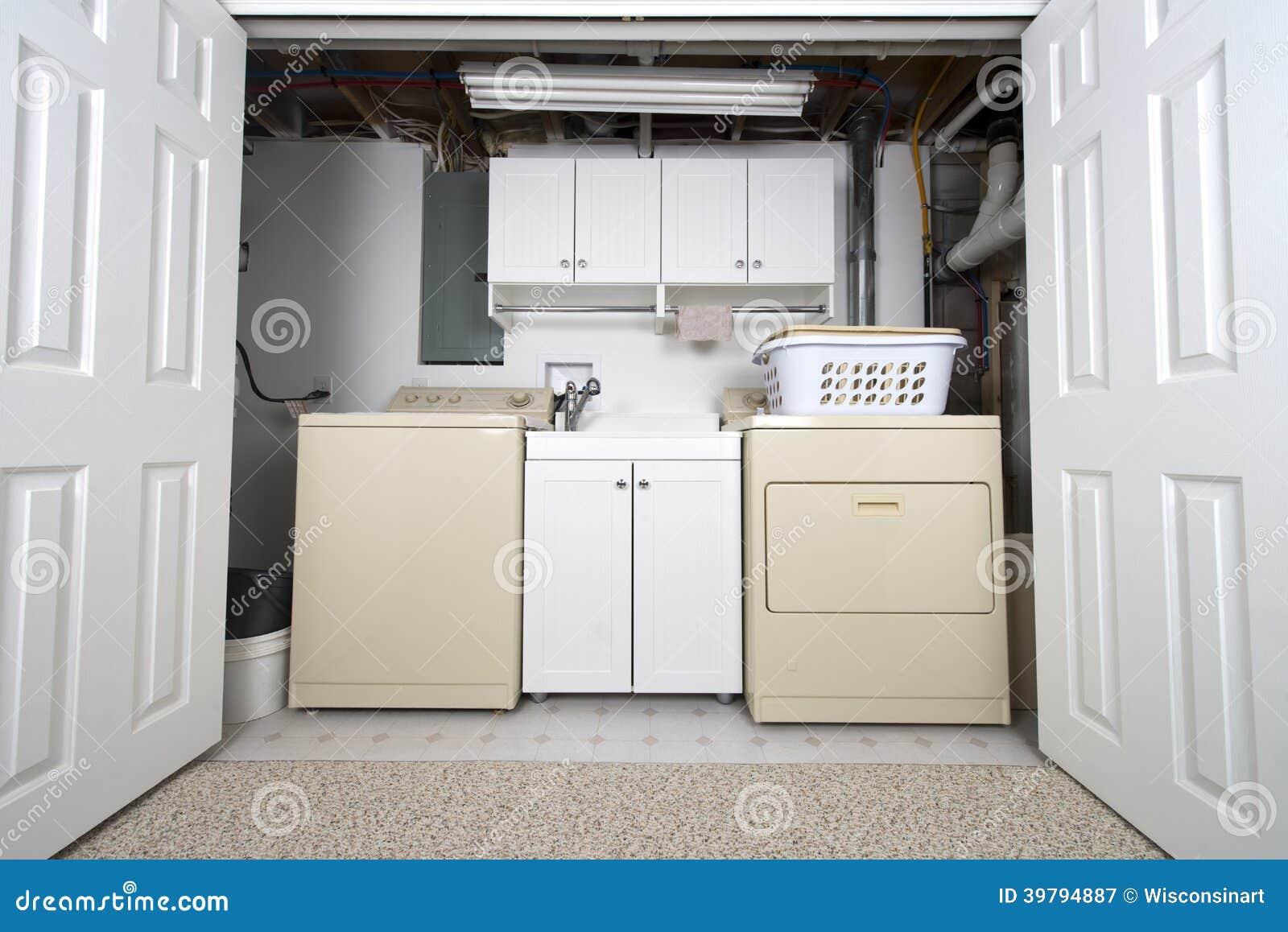 Buanderie la maison dans le cabinet et la lingerie de sous sol photo stock image 39794887 - Sol buanderie ...