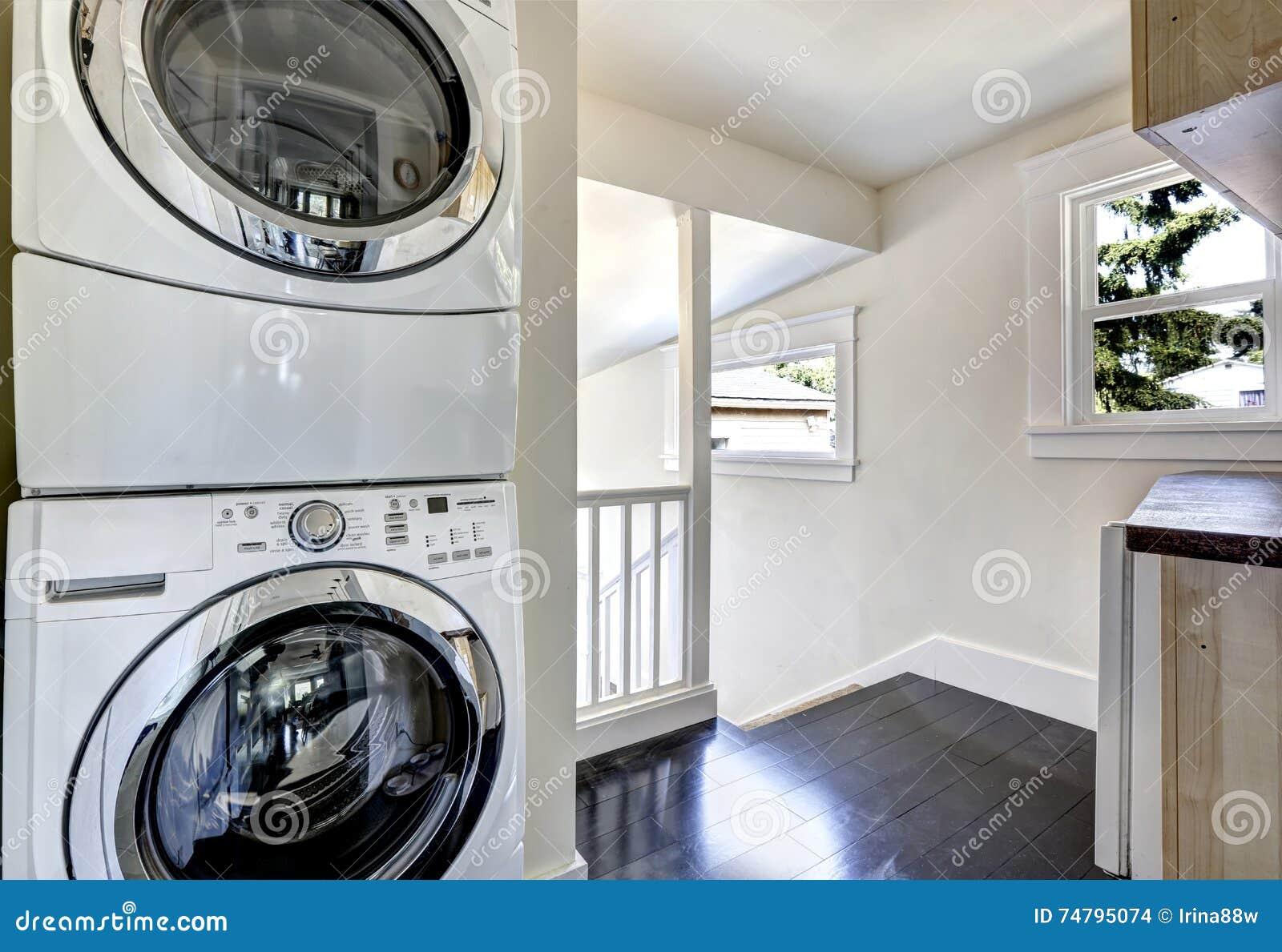 Buanderie Avec Les Appareils Blancs Modernes Photo stock - Image du ...