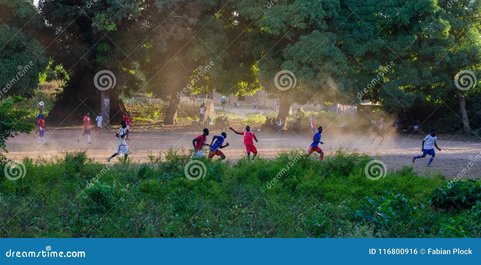 Bubaque, Guinea-Bissau - 11 dicembre 2013: Gruppo non identificato giocar a calcioe o di calcio degli uomini sul giacimento della
