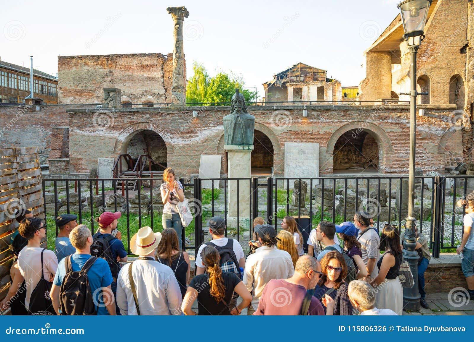 Bucarest, Roumanie - 28 04 2018 : Groupe de touristes à côté de buste d A de Vlad Tepes, Vlad l Impaler, l inspiration pour