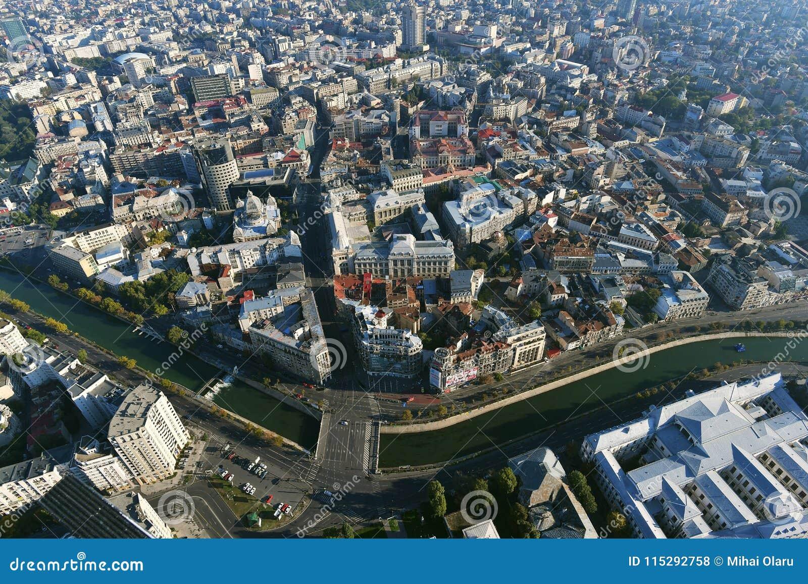 Bucareste, Romênia, o 9 de outubro de 2016: Vista aérea da cidade velha em Bucareste, perto do rio de Dimbovita