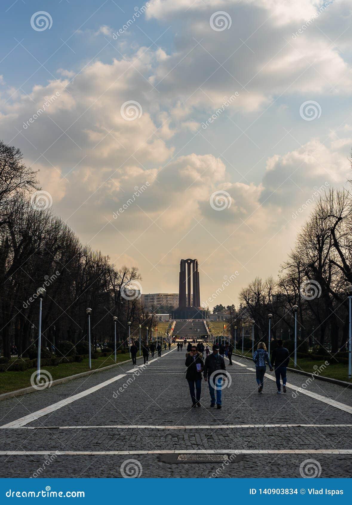 Bucareste, Romênia - 2019 Povos na entrada de Carol Park em Bucareste, Romênia