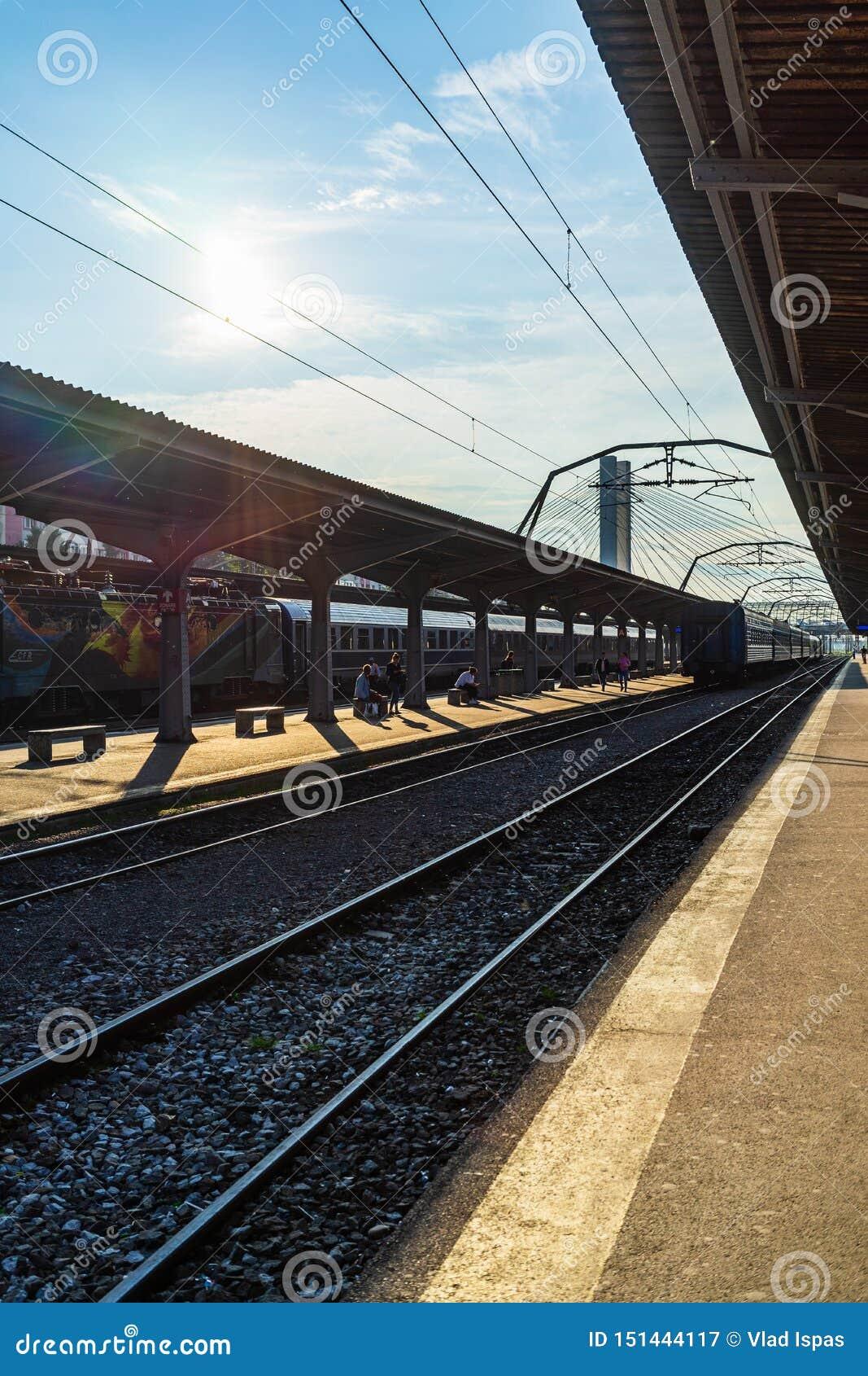 Bucareste, Rom?nia - 2019 Trens na plataforma na estação de trem norte Gara de Nord de Bucareste em Bucareste, Romênia