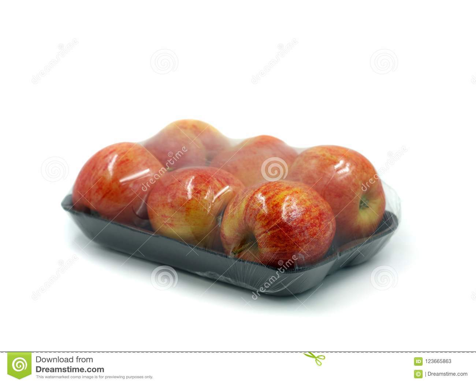 Buccia nera con sei mele avvolte in plastica trasparente isolata su fondo bianco