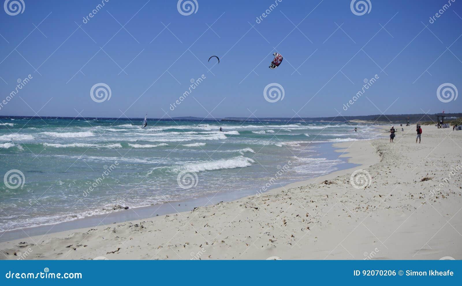 Buceadores del mar en un cielo azul hermoso en el lado de mar del hijo Bou