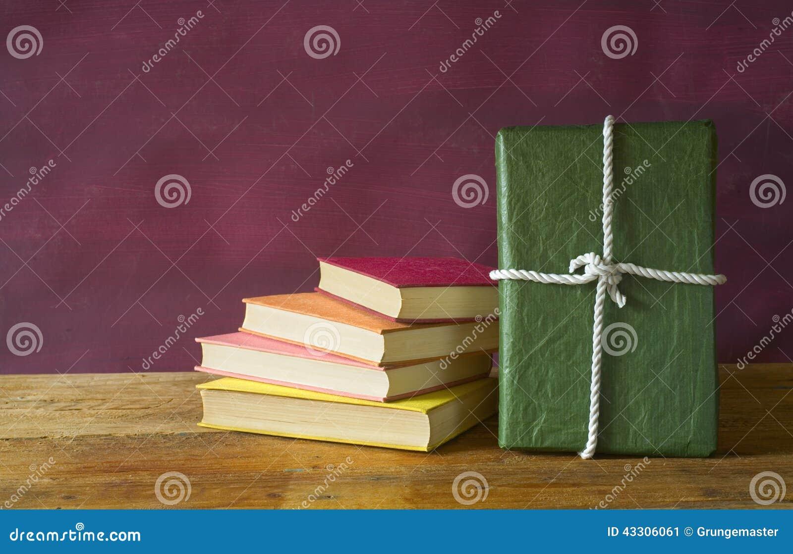 Buch als Geschenk stockbild. Bild von ausbildung, ordnung - 43306061