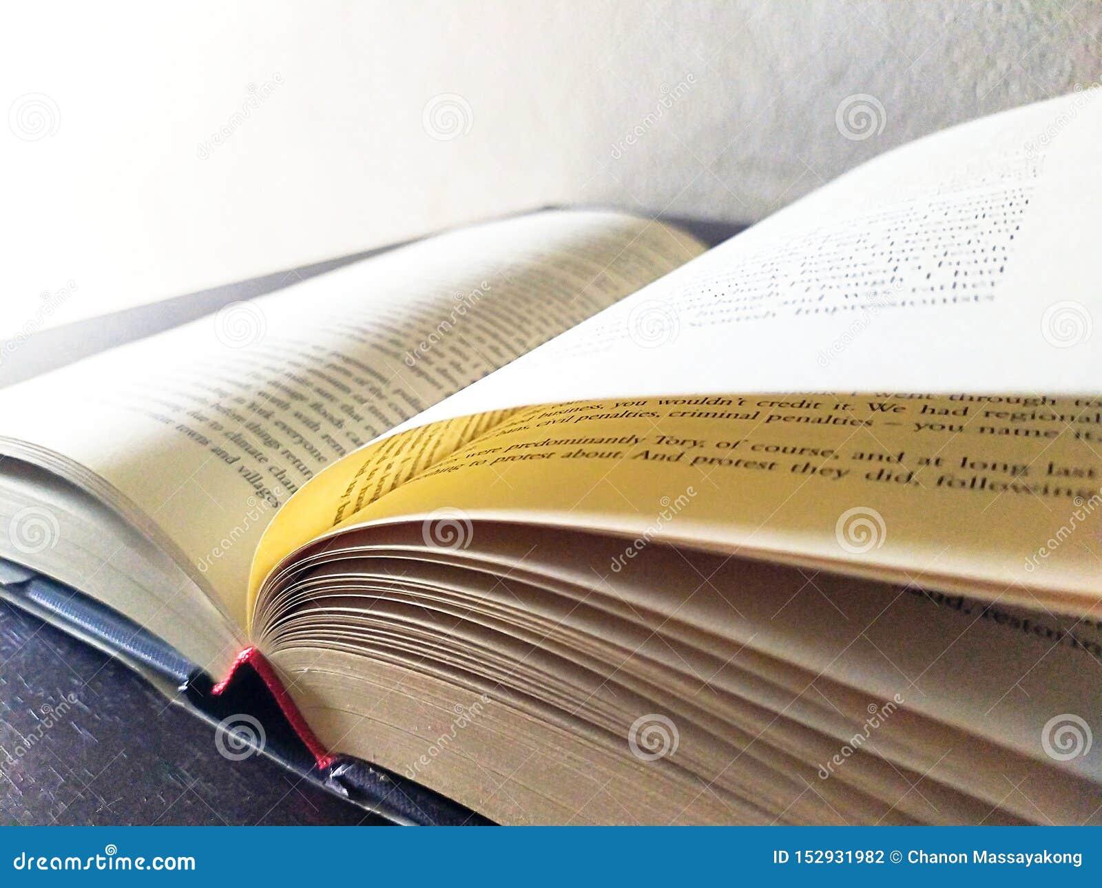 Buch offen auf Schreibtisch