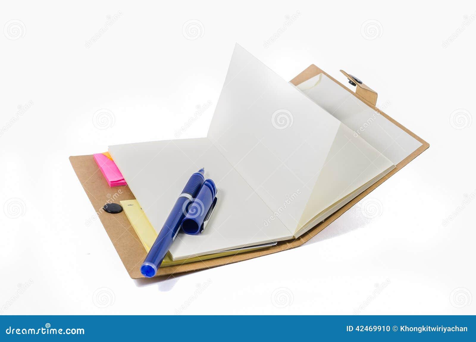 Buch und Stift auf weißem Hintergrund