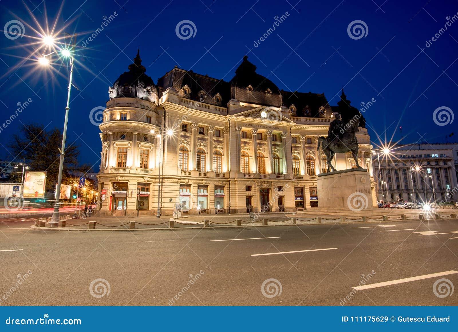 Bucharest środkowa biblioteka przy błękitną godziną w lato czasie