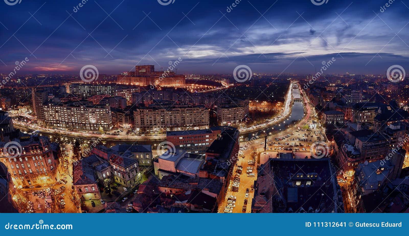 Bucharest linia horyzontu przy błękitną godziną, Dambovita rzeka, widok z lotu ptaka