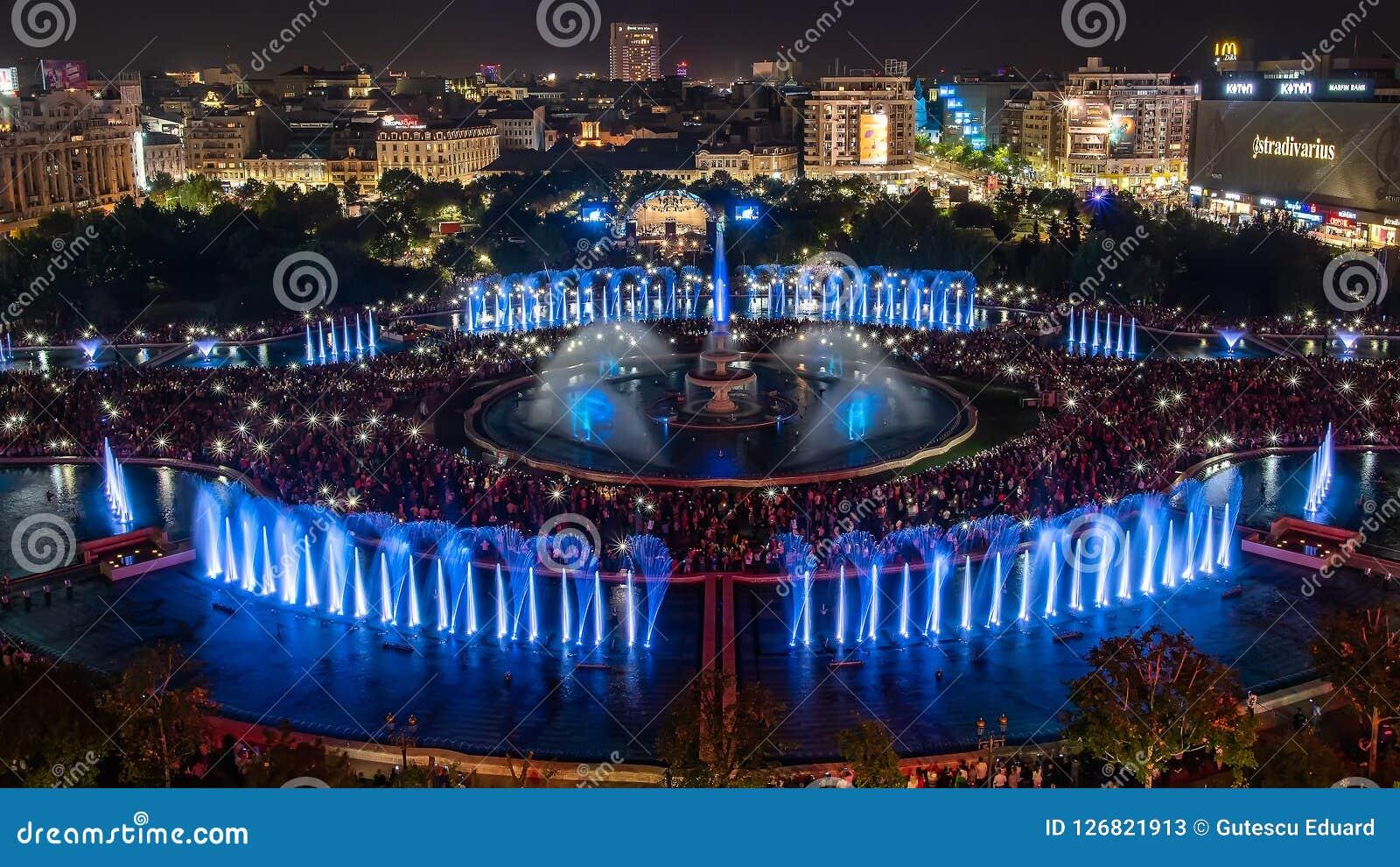 Bucharest miasta Unirii środkowej Kwadratowej nowej fontanny 2018 panoramiczny widok i nocy miasta linia horyzontu