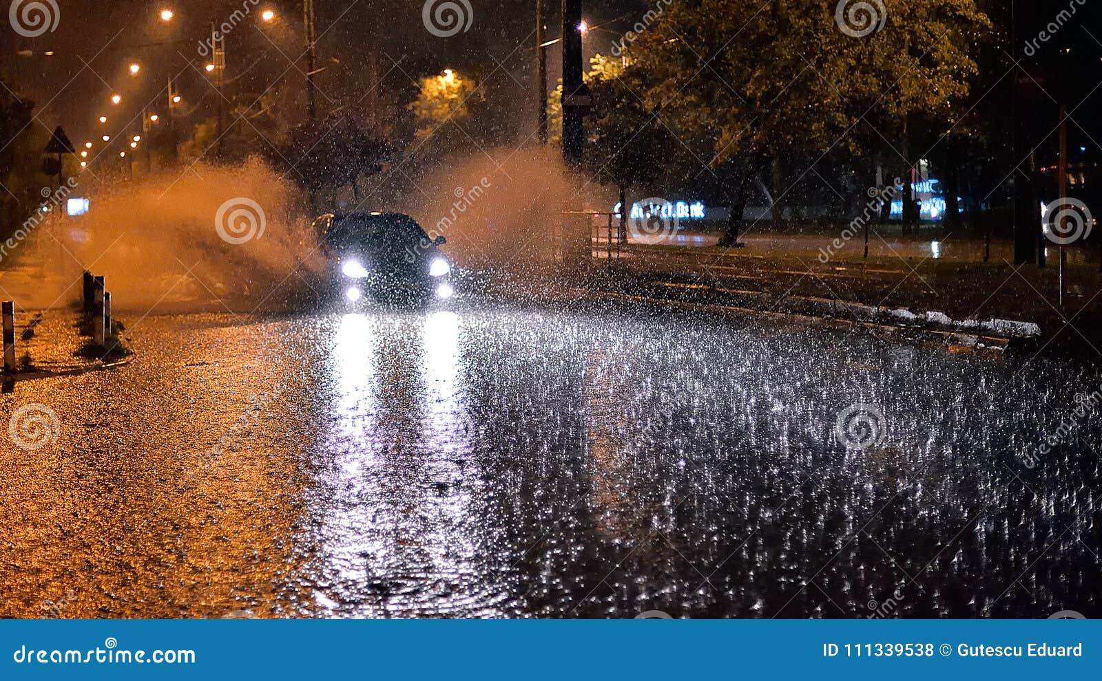 Bucharest miasto po ulewnego deszczu podczas lato czasu