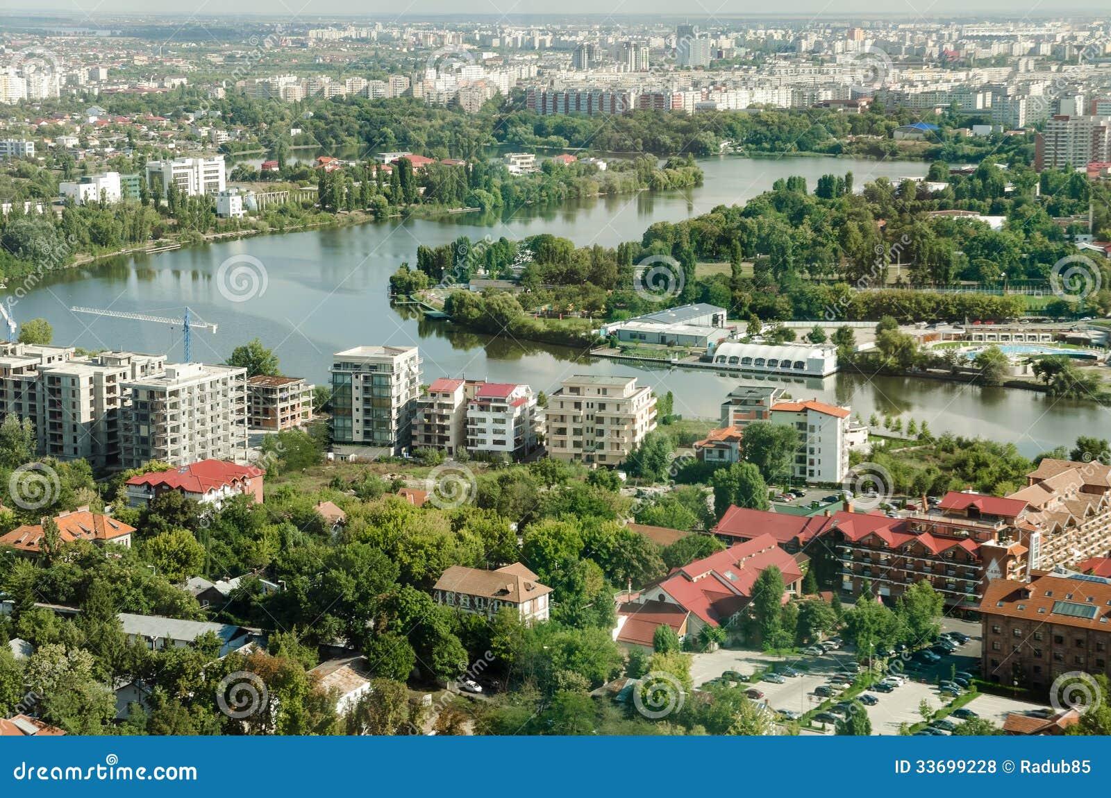 Bucharest parkerar den flyg- sikten av Herastrau