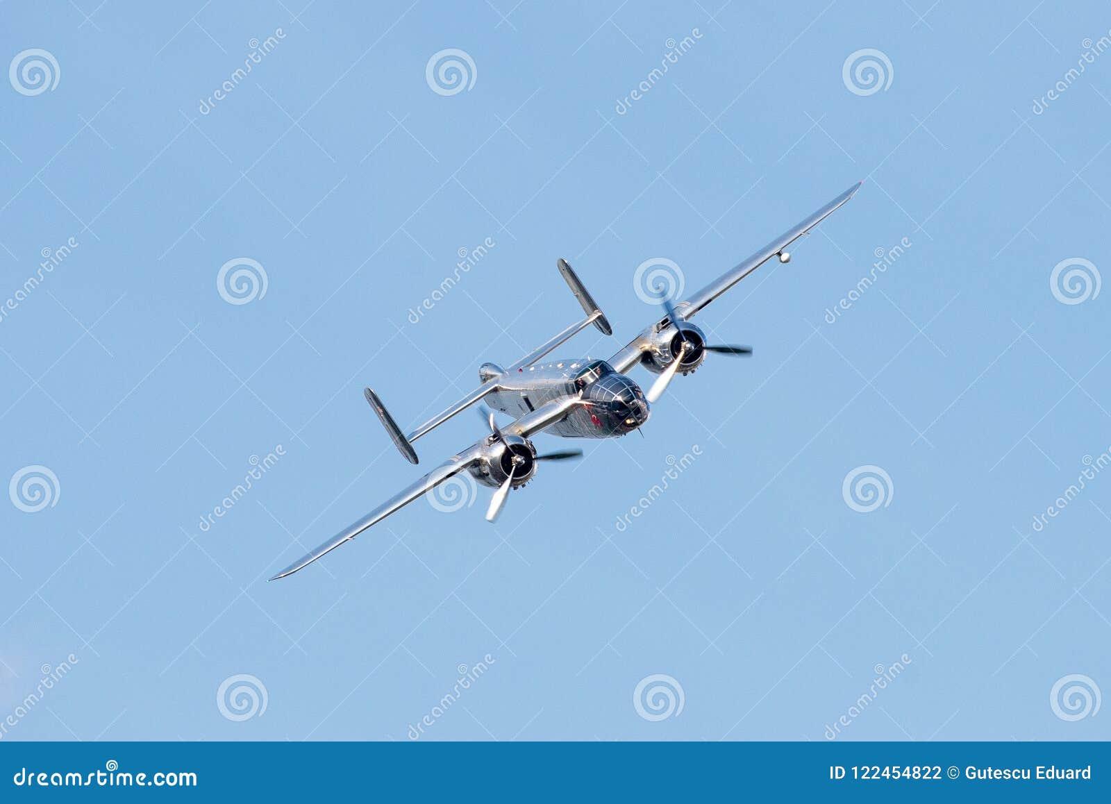 Bucharest pokazu lotniczego międzynarodowa tendencyjność, PÓŁNOCNOAMERYKAŃSKIEGO B-25J ` MITCHELL ` latający byki zespala się