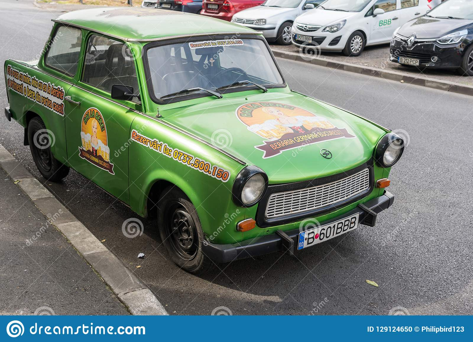 BUCHAREST/ROMANIA - 21-ОЕ СЕНТЯБРЯ: Trabant припаркованное в Бухаресте r