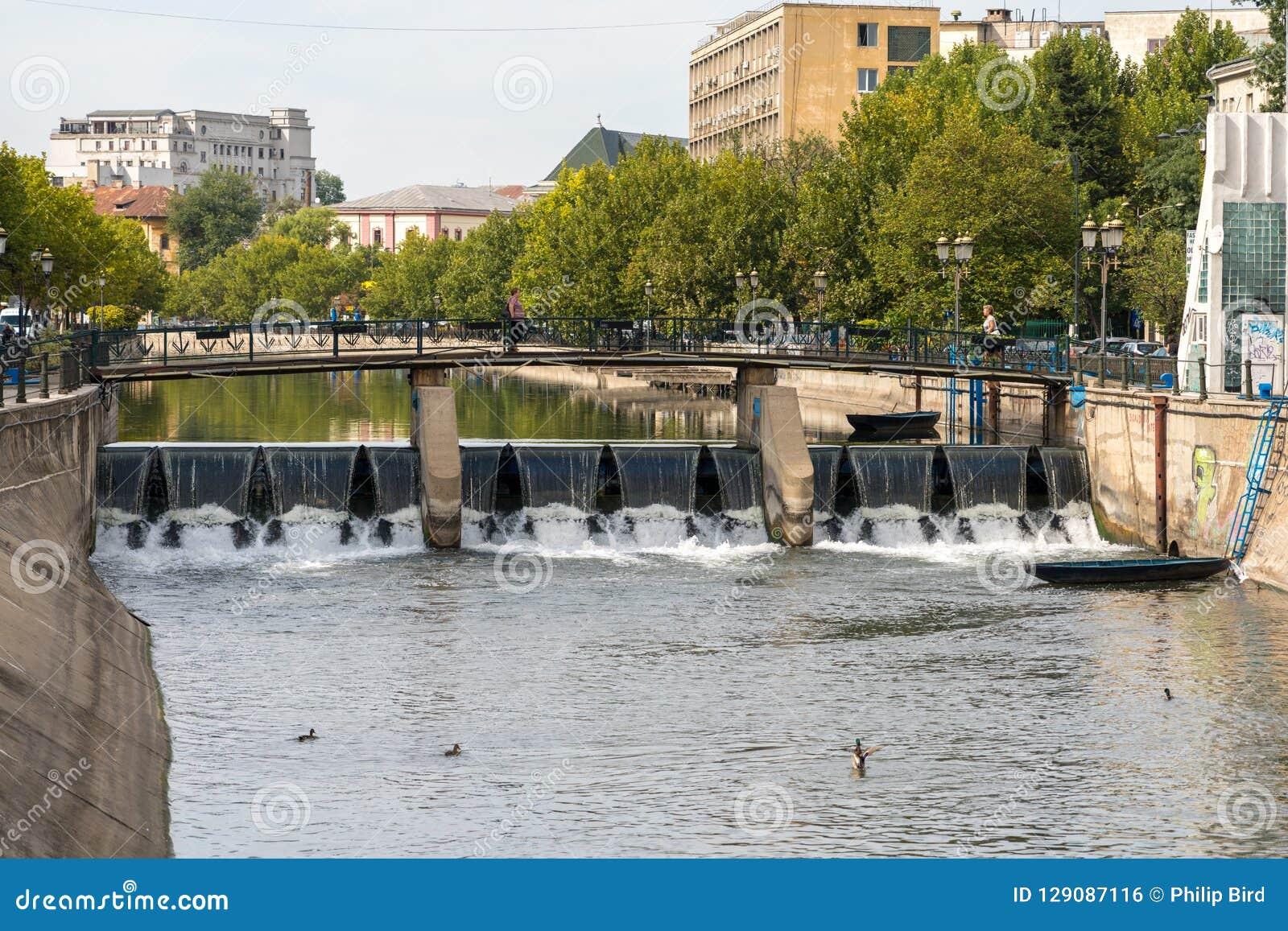 BUCHAREST/ROMANIA - 21 DE SETEMBRO: Ponte sobre o Dambovita Riv