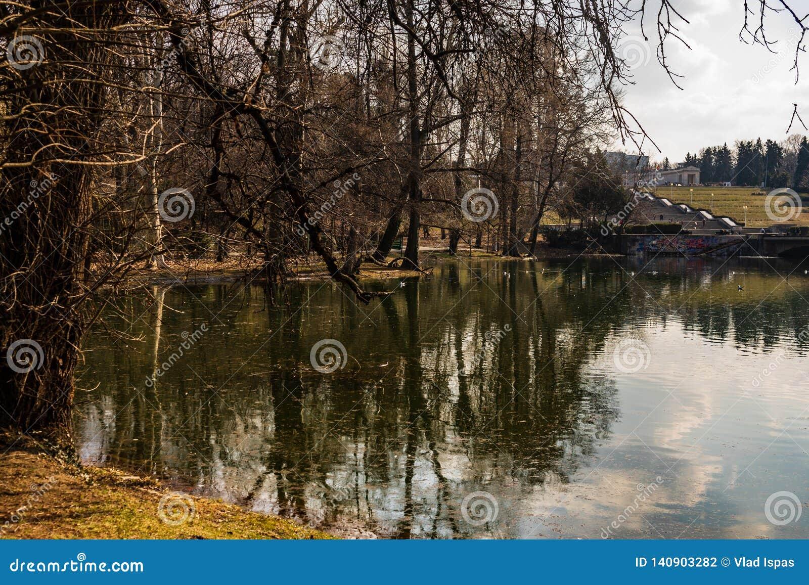 Bucharest Rumänien - 2019 Carol Park sjö i Bucharest, Rumänien