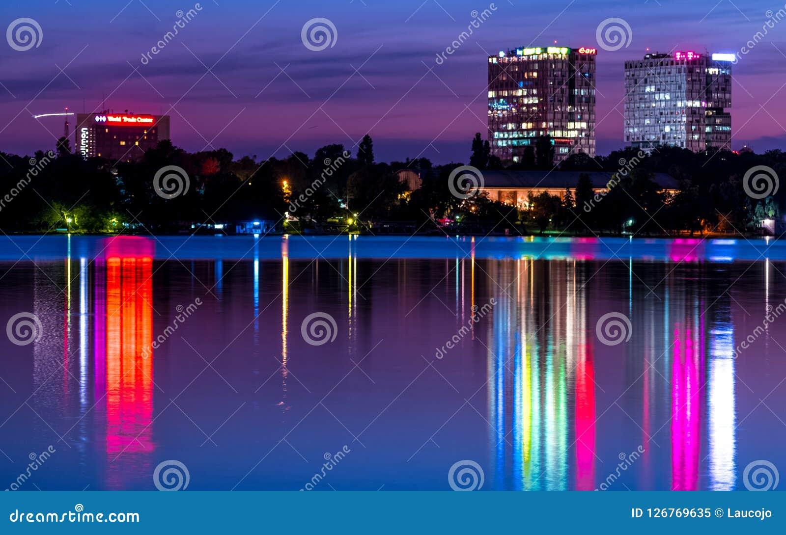 Bucharest torn på natten som reflekterar på vatten