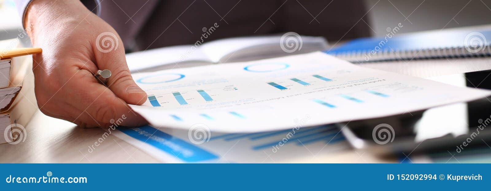 Buchhalter Calculate Tax Income unter Verwendung des Taschenrechners