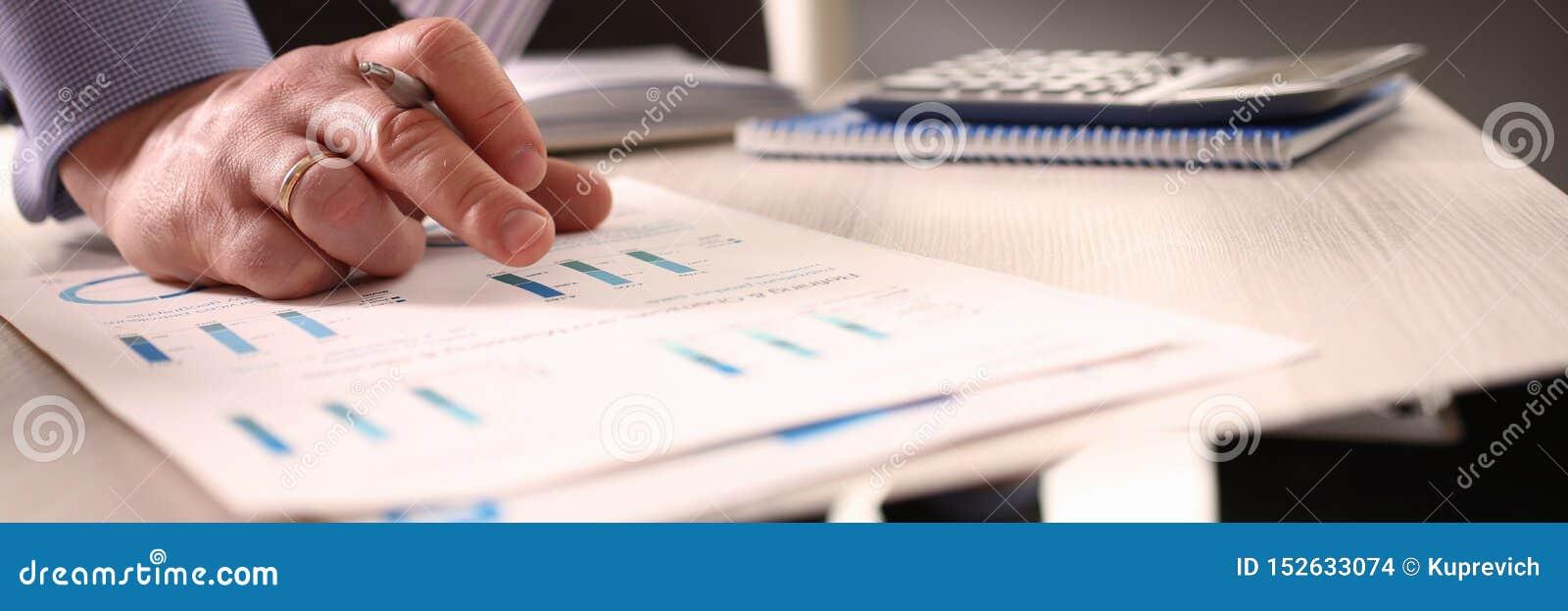 Buchhalter Calculate Tax Invoice unter Verwendung des Taschenrechners