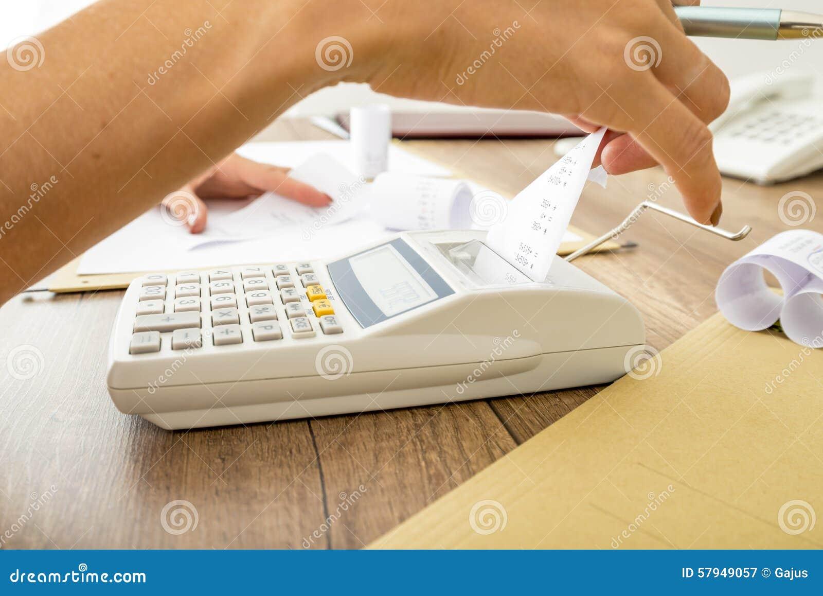 Buchhalter, der Berechnungen auf einer Rechenmaschine tut