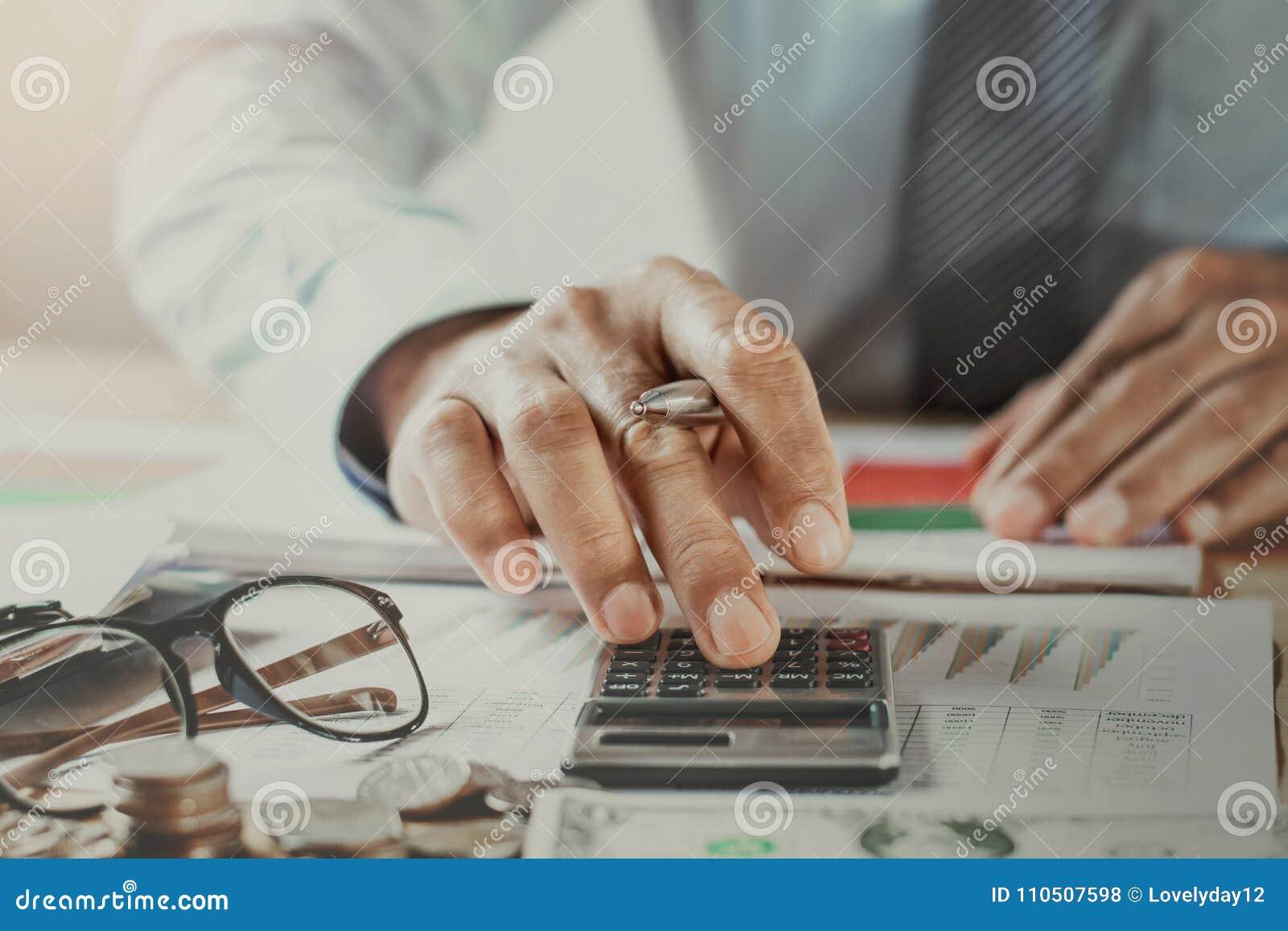 Buchhalter Working In Office Geschäftsfinanzierung und erklärende Co